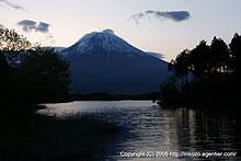 薄明つづく田貫湖と富士