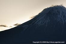 後光さす富士と大沢崩れの闇