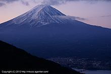 薄紫に染まる富士