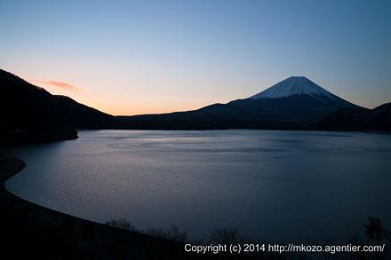 夜明けの本栖湖へ〜夜明け迎える富士