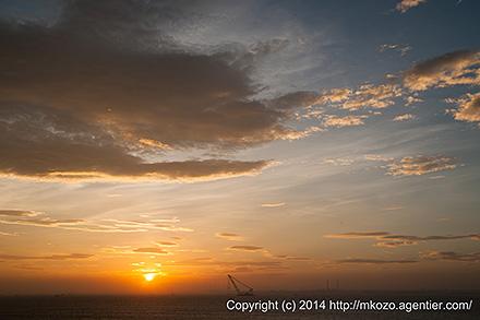 真夏の東京湾の夜明け〜海ほたるより