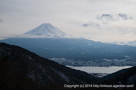 空埋める白い雲と白い富士